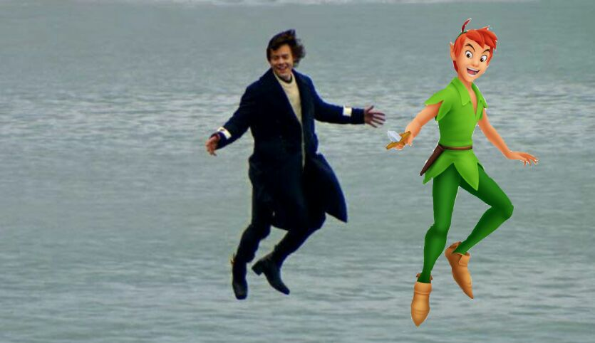 Harry Styles voando sobre o mar ao lado de Peter Pan do filme da Disney.