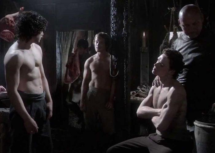 Jon Snow, Theon e Robb Stark sem camisa fazendo a barba.