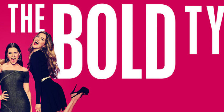 Imagem de divulgação de The Bold Type: Kat, Jane e Sutton, fundo rosa choque e o nome da série.